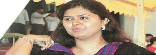 Pankaja Munde removes BJP from Twitter bio, triggers speculations with emotional FB post