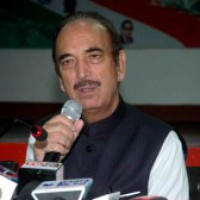 Azad tries to mend fence with Gandhis, draws flak